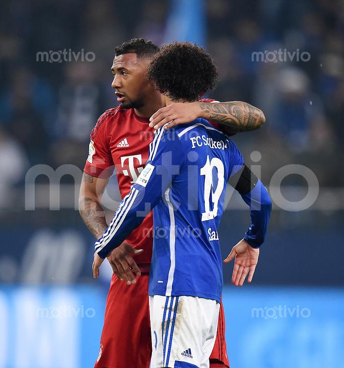 Fussball  1. Bundesliga  Saison 2015/2016  13. Spieltag in Gelsenkirchen FC Schalke 04 - FC Bayern Muenchen     21.11.2015 Jerome Boateng (li, FC Bayern Muenchen) umarmt Leroy Sane (re, FC Schalke 04)