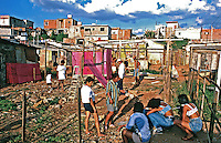 Invasão de terreno na favela de Heliópolis, São Paulo. Foto de Juca Martins. Data: 1994