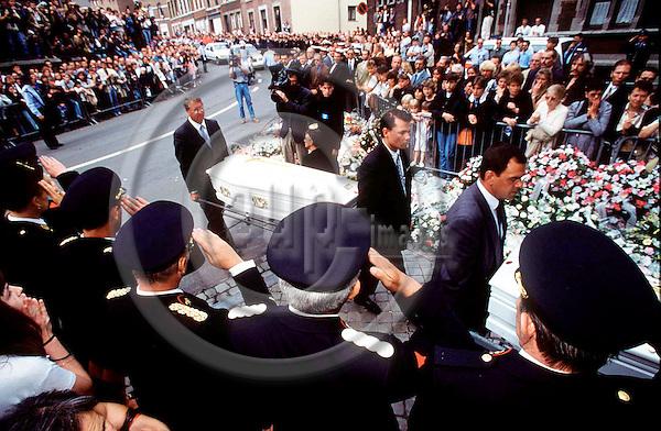 SPECIAL BT--FILEPHOTO--Belgiens konge Albert II, er gået ind i debatten om rets- og politivaesnet i landet. Hele historien begyndte med fundet af to doede piger, Julie og Melissa, i paedofilen Marc Dutroux's have. Her baeres kisterne af de to piger ind i kirken i Liege ved begravelsen AUG. 22, 1996.