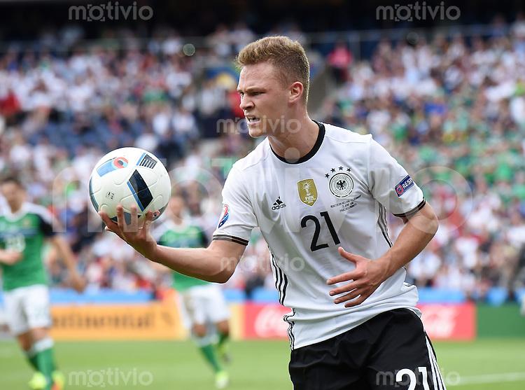 FUSSBALL EURO 2016 GRUPPE C in Paris Nordirland - Deutschland     21.06.2016 Joshua Kimmich (Deutschland) mit Ball
