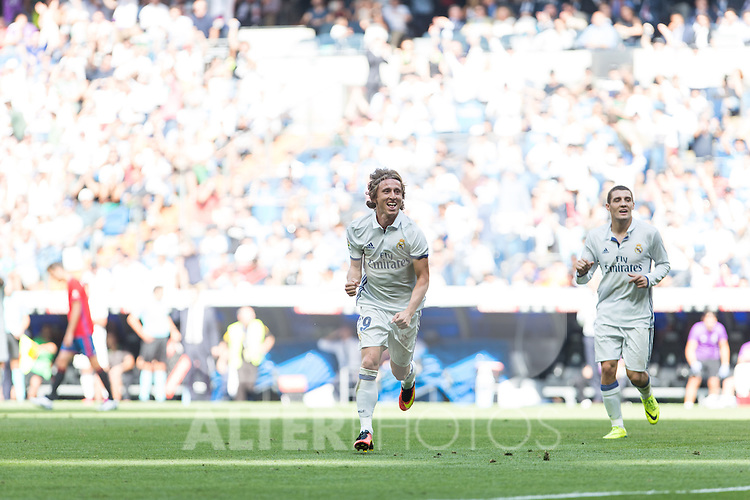 Real Madrid's Luka Modric during the match of La Liga between Real Madrid and Club Atletico Osasuna at Santiago Bernabeu Estadium in Madrid. September 10, 2016. (ALTERPHOTOS/Rodrigo Jimenez)