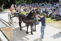 ALGEMEEN: JOURE: Park Heremastate, 25-07-2012, 58e Boerebrulloft Joure, Bruidspaar Tiwina Oostenveld en Johannes Bakker komt aan in het park, ©foto Martin de Jong