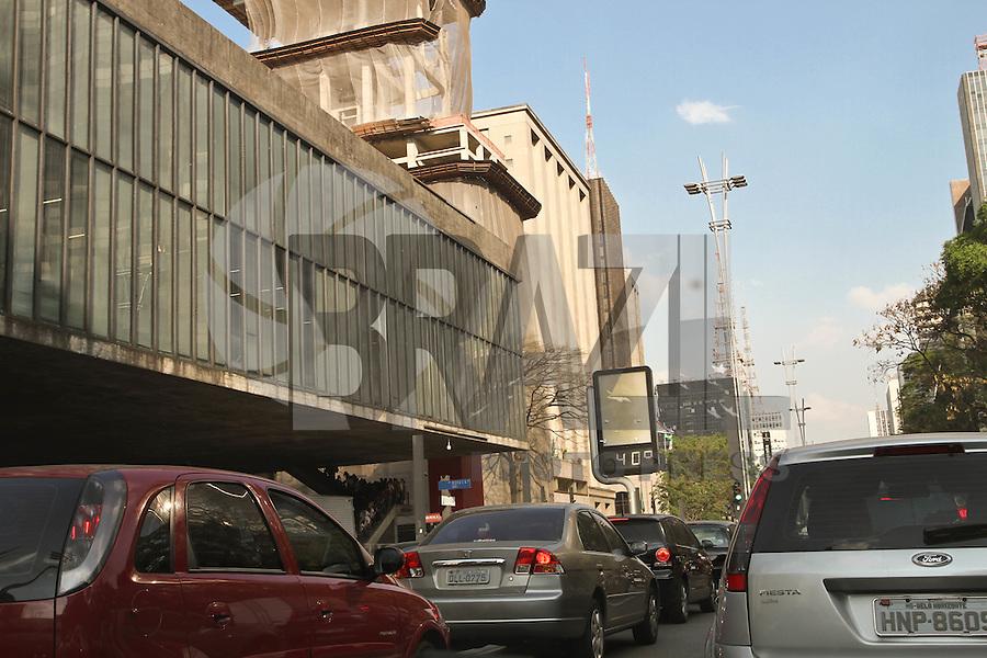 ATENÇÃO EDITOR: FOTO EMBARGADA PARA VEÍCULOS INTERNACIONAIS. SAO PAULO, SP, 18 DE SETEMBRO DE 2012. CLIMATEMPO SAO PAULO. termometro na Avenida Paulista registra a temperatura mais alta do inverno paulistano deste ano. FOTO ADRIANA SPACA - BRAZIL PHOTO PRESS.