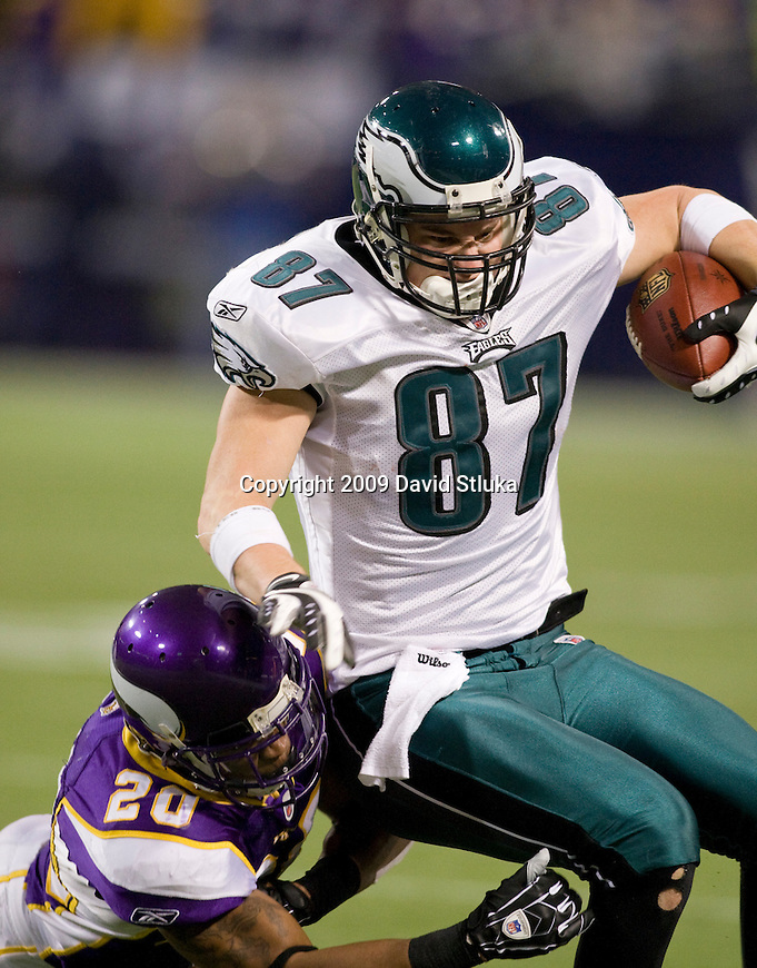 MINNEAPOLIS, MN - JANUARY 4: Defensive Madieu Williams #20 of the Minnesota Vikings tackles tight end Brent Celek #87 of the Philadelphia Eagles during the NFC Wild Card playoff game at Hubert H. Humphrey Dome on January 4, 2009 in Minneapolis, Minnesota. The Eagles beat the Vikings 26-14. (Photo by David Stluka)