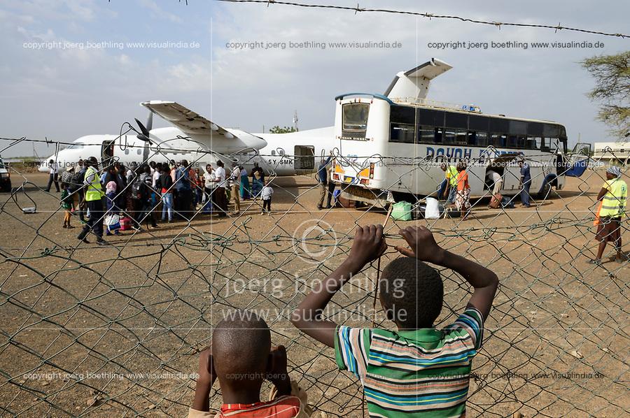 KENYA, Turkana, refugee camp Kakuma, airstrip, UN aircrafts resettle Somali refugees from Dadaab camp to Kakuma camp / KENIA, Turkana, Fluechtlingslager Kakuma, Flugpiste, UN Flugzeuge bringen Somali Fluechtlinge aus dem Dadaab Lager nach Kakuma