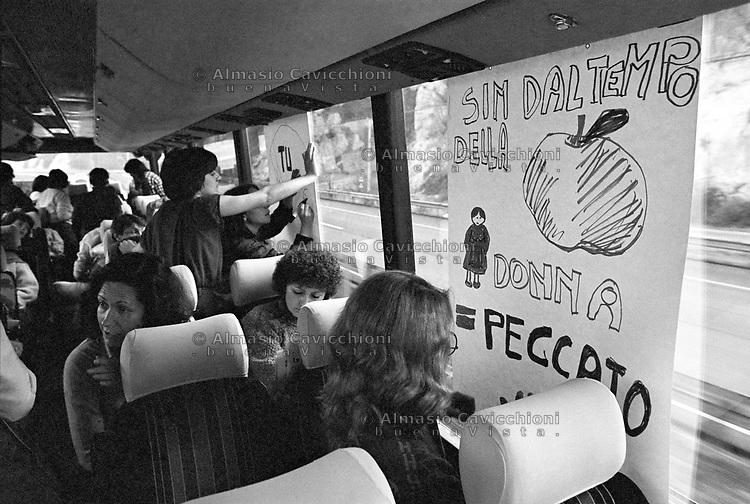Preparazione cartelli per la manifestazione  a Roma contro l'emendamento di Carlo Casini (deputato DC), alla legge sulla violenza sessuale, perch&eacute; sia mantenuto &ldquo;delitto contro la persona non contro la morale&rdquo;, 5 Feb 1983.<br /> Women preparing placards for the demonstration in Rome against the amendment by Carlo Casini (deputy DC) concerning the law on sexual violence that should be a &ldquo;crime against the person not against morality&quot;, Feb 5, 1983