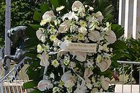 ATENCAO EDITOR IMAGENS EMBAGADAS PARA VEICULOS INTERNACIONAIS - SAO PAULO, SP, 30 SETEMBRO 2012 - VELORIO HEBE CAMARGO - Arranjo de flores dadopelos apresentadores Luciano Huck e Angélica. Hebe morreu ontem aos 83 anos, de parada cardíaca, na sua casa no bairro do Morumbi, na capital paulista. Diagnosticada com câncer no peritônio em janeiro de 2010, ela lutava contra a doença desde então. (FOTO: LEVI BIANCO / BRAZIL PHOTO PRESS).