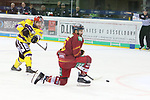Krefelds Jacob&nbsp;Berglund (Nr.12)  zieht ab, Duesseldorfs Marco Nowak (Nr.8) schuetzt sich beim Spiel in der DEL, Duesseldorfer EG (rot) - Krefeld Pinguine (gelb).<br /> <br /> Foto &copy; PIX-Sportfotos *** Foto ist honorarpflichtig! *** Auf Anfrage in hoeherer Qualitaet/Aufloesung. Belegexemplar erbeten. Veroeffentlichung ausschliesslich fuer journalistisch-publizistische Zwecke. For editorial use only.