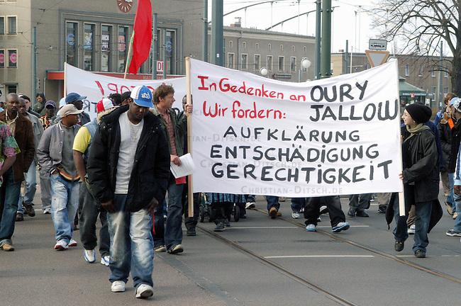 Trauerdemonstration fuer Oury Jalloh in Dessau<br /> Am 7. Januar 2005 verbrannte in einer Dessauer Polizeiwache unter ungeklaerten Umstaenden der Fluechtling Oury Jalloh. Der 21jaehrige Mann aus Sierra Leone soll sich laut Polizeiangaben im gefesselten Zustand mit einem Feuerzeug selber entzuendet haben.<br /> Hier: Ca 200 Menschen demonstrierten am Samstag den 26. Maerz 2005 in Dessau und forderten Aufklaerung ueber die Todesumstaende Jallohs.<br /> 26.3.2005, Dessau<br /> Copyright: Christian-Ditsch.de<br /> [Inhaltsveraendernde Manipulation des Fotos nur nach ausdruecklicher Genehmigung des Fotografen. Vereinbarungen ueber Abtretung von Persoenlichkeitsrechten/Model Release der abgebildeten Person/Personen liegen nicht vor. NO MODEL RELEASE! Nur fuer Redaktionelle Zwecke. Don't publish without copyright Christian-Ditsch.de, Veroeffentlichung nur mit Fotografennennung, sowie gegen Honorar, MwSt. und Beleg. Konto: I N G - D i B a, IBAN DE58500105175400192269, BIC INGDDEFFXXX, Kontakt: post@christian-ditsch.de<br /> Bei der Bearbeitung der Dateiinformationen darf die Urheberkennzeichnung in den EXIF- und  IPTC-Daten nicht entfernt werden, diese sind in digitalen Medien nach &sect;95c UrhG rechtlich geschuetzt. Der Urhebervermerk wird gemaess &sect;13 UrhG verlangt.]