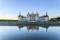 France, Loire-et-Cher (41), Chambord, château de Chambord, la façade nord-ouest et le Cosson le matin