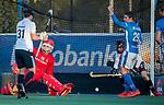 UTRECHT - strafcorner met keeper Philip van Leeuwen (Adam)  tijdens de hoofdklasse hockeywedstrijd mannen, Kampong-Amsterdam (4-3).  rechts Derck de Vilder (Kampong) COPYRIGHT KOEN SUYK