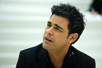 SAO PAULO, 21 DE MAIO DE 2012. ZEZE DE CAMARGO E LUCIANO NO PROGRAMA RODA VIVA. O cantor Zezé de Camargo durante entrevista no programa Roda Viva em São Paulo. FOTO: ADRIANA SPACA - BRAZIL PHOTO PRESS