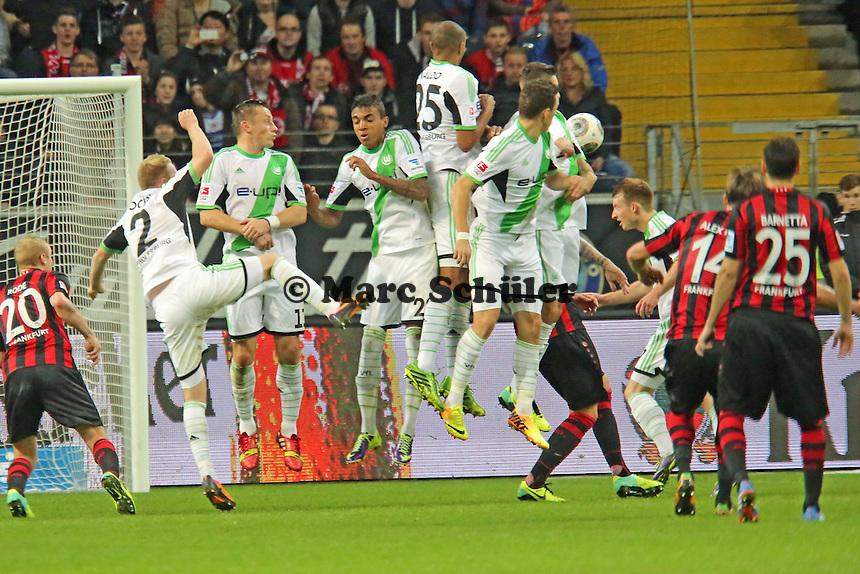 Schuss von Alex Meier (Eintracht) dreht sich an der Mauer vorbei zum 1:1 ins Netz - Eintracht Frankfurt vs. VfL Wolfsburg, Commerzbank Arena