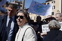 Roma, 22 Aprile 2017<br /> Pantheon.<br /> Emma Bonino.<br /> Marcia per la scienza.<br /> March for science<br /> In oltre 500 citt&agrave; di tutto il mondo sono state organizzate manifestazioni per sensibilizzare opinione pubblica e politica sui temi della ricerca scientifica, ed era nata per protestare contro le politiche anti-scientifiche di Trump.