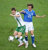 FUSSBALL  EUROPAMEISTERSCHAFT 2012   VORRUNDE Italien - Irland                       18.06.2012 Kevin Doyle (li, Irland) gegen Christian Maggio (re, Italien)