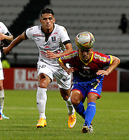 MANIZALES - COLOMBIA -15-02-2015: Cesar Quintero (Izq.) jugador de Once Caldas, disputa el balón con Marlon Fernandez (Der.) jugador de Deportivo Pasto durante  partido Once Caldas y Deportivo Pasto por la fecha 4 de la Liga de Aguila I 2015 en el estadio Palogrande en la ciudad de Manizales. / Cesar Quintero (L) of Once Caldas, figths the ball with Marlon Fernandez (R) jugador of Deportivo Pasto during a match Once Caldas Deportivo Pasto for date 4 of the Liga de Aguila I 2015 at the Palogrande stadium in Manizales city. Photo: VizzorImage  / Santiago Osorio / Str.