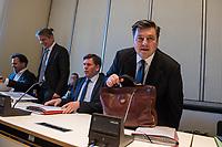 Sitzung des Innenausschuss des Berliner Abgeordnetenhaus am Montag den 8. Januar 2018. Themen der Sitzung waren u.a. die Situation an der Berliner Polizeiakademie.<br /> Die Linkspartei wollte zusaetzlich das Thema Drohbriefe gegen vermeintliche Linke behandeln. Der Inhalt und Fotos in den Drohbriefen koennen nach Angaben des innenpolitischer Sprechers der Linkspartei Hakan Tas angeblich nur aus Polizeiunterlagen stammen.<br /> Ein weiterer Tagesordnungspunkt war ein Plakat der linken Szene, auf denen Polizeibeamte abgebildet sind, die an der Raeumung eines Szenetreffpunktes im Jahr 2017 beteiligt gewesen sein sollen.<br /> Im Bild vlnr.: Polizeipraesident Klaus Kandt; Staatssekretaer Torsten Akmann; Innensenator Andreas Geisel (SPD).<br /> 8.1.2018, Berlin<br /> Copyright: Christian-Ditsch.de<br /> [Inhaltsveraendernde Manipulation des Fotos nur nach ausdruecklicher Genehmigung des Fotografen. Vereinbarungen ueber Abtretung von Persoenlichkeitsrechten/Model Release der abgebildeten Person/Personen liegen nicht vor. NO MODEL RELEASE! Nur fuer Redaktionelle Zwecke. Don't publish without copyright Christian-Ditsch.de, Veroeffentlichung nur mit Fotografennennung, sowie gegen Honorar, MwSt. und Beleg. Konto: I N G - D i B a, IBAN DE58500105175400192269, BIC INGDDEFFXXX, Kontakt: post@christian-ditsch.de<br /> Bei der Bearbeitung der Dateiinformationen darf die Urheberkennzeichnung in den EXIF- und  IPTC-Daten nicht entfernt werden, diese sind in digitalen Medien nach §95c UrhG rechtlich geschuetzt. Der Urhebervermerk wird gemaess §13 UrhG verlangt.]