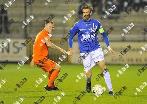 2015-10-17 / voetbal / seizoen 2015-2016 / ASV Geel  - RWS Brussels / Jo Christiaens (r) Geel) gaat voorbij Samuel Fabris (l) (RWS Brussels)
