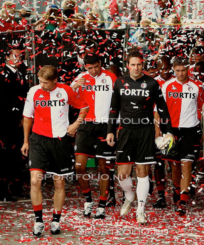 Nederland, Rotterdam, 7 juli 2007 .1e training van voetbalclub Feyenoord voor het seizoen 2007-2008 . .Spelers van Feyenoord lopen door een regen van confetti naar het trainingsveld. V.l.n.r.: Theo Lucius, Roy Makaay, Henk Timmer, Andre Bahia en Kevin Hofland