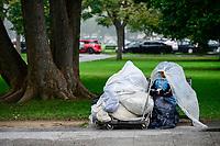USA, Washington DC, homeless woman in park near White House / USA, Washington DC, obdachlose Frau im Park beim  weissen Haus