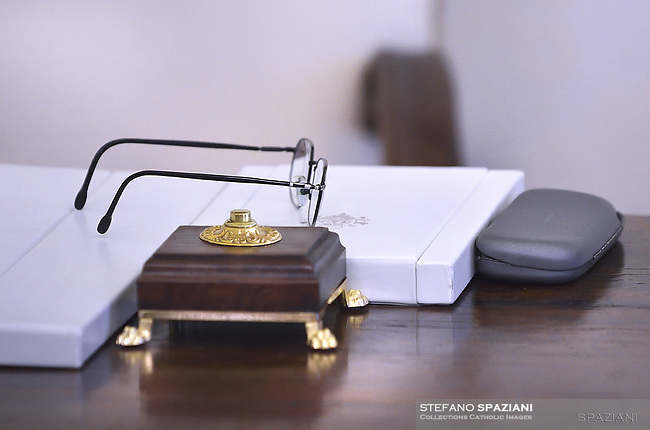 On the Pope's desk there is a switch that operates a bell located in the room next to the library. It can be used to call the Holy Father's room aide or a collaborator.<br /> <br /> From that moment it is possible to reopen the doors of the room to let in the following that accompanied the guest, as foreseen by the Vatican ceremonial.<br /> In the photo the bell switch near the Pope's glasses<br /> Pope Francis talks with Austrian Chancellor Sebastian Kurz, left, during their private audience at the Vatican, Monday, March 5, 2018.