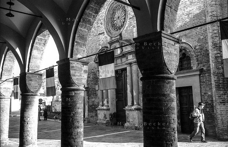 Pizzighettone (Cremona). Porticato davanti alla chiesa di San Bassiano --- Pizzighettone (Cremona). Arcade in front of the church of San Bassiano