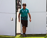 Bundestrainer Joachim Loew (Deutschland Germany) betritt den Trainingsplatz - 26.05.2018: Training der Deutschen Nationalmannschaft zur WM-Vorbereitung in der Sportzone Rungg in Eppan/Südtirol
