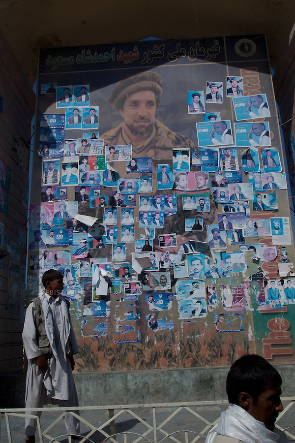 AFGHANISTAN - MAZAR-E CHARIF - 7 aout 2009 : Grande fresque murale composee d'un portrait du Commandant Ahmad Shah Massoud photographie par Reza, recouverte d'affiches et de tracts electoraux...AFGHANISTAN - MAZAR-E CHARIF - August 7th, 2009 : A large mural featuring a photo of Commander Ahmad Shah Massoud taken by Reza is covered by posters and electoral leaflets.