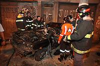 FOTO EMBARGADA PARA VEICULOS INTERNACIONAIS. SAO PAULO, SP, 16/10/2012, ACIDENTE FALTAL. Duas pessoas perderam a vida em um acidente ocorrido na noite de ontem (16) na Av. Alcantara Machado altura do nº 300 no sentido do centro de São Paulo. Segundo testemunhas o veiculo estava em alta velocidade perdeu a direção e capotou, batendo o teto contra o poste. apesar da rapidez  dos Bombeiros as vitimas tiveram morte instantanea. Luiz Guarnieri/ Brazil Photo Press.