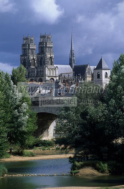 Europe/France/Centre/45/Loiret/Orléans : La cathédrale Sainte-Croix dont la construction fut commencée au XIII° et poursuivie jusqu'au XVI° siècle (Architecture gothique), la Loire et le pont George V
