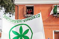 Venezia: un ragazzo con la maglietta di Che Guevara si affaccia alla finestra durante lo svolgimento dellla quindicesima edizione della festa nazionale dei popoli padani.