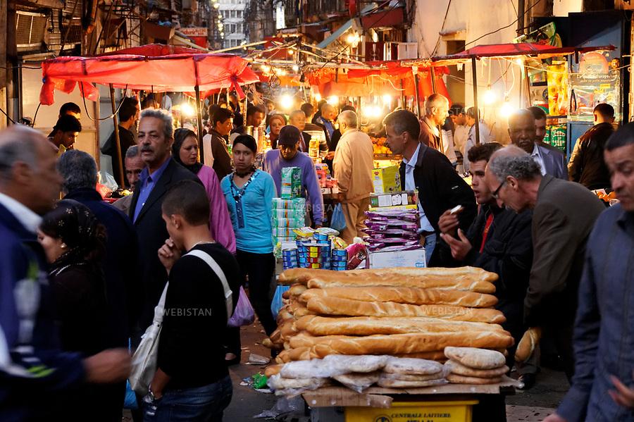 Algerie. Oran. Rue de la Bastille. 12 Avril 2011.Place du marche. Au premier plan, vente de baguettes et de pains ronds &laquo; khoubz el dar &raquo;.<br /> <br /> <br /> Algeria, Oran. Bastille road. April 12th 2011<br /> Market. In the foreground, baguettes and round bread &ldquo;khoubz el dar&rdquo; for sale.