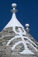 Europe/Italie/La Pouille/Alberobello: Détail du toit d'un trulli portant des signes magiques