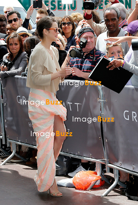 MARION COTILLARD - May 17, 2013-Cannes (FR)-Actress Marion Cotillard is sighting in front of the Martinez Hotel, signing autographs to her fans during the 66th Cannes Film Festival.