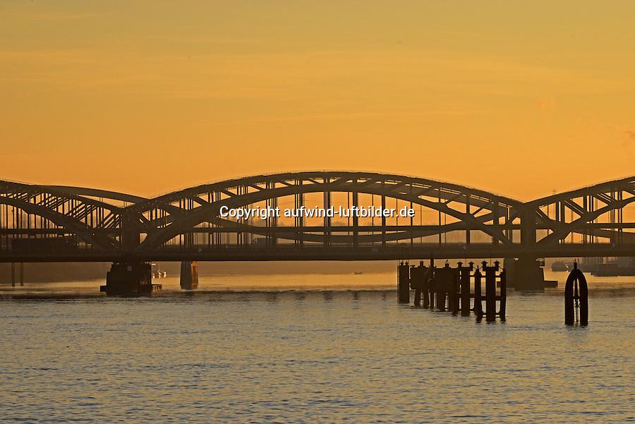 Neue Elbbruecke und Freihafenelbbrücke: EUROPA, DEUTSCHLAND, HAMBURG, (EUROPE, GERMANY), 30.12.2016: Neue Elbbruecke und Freihafenelbbrücke über die Elbe.  Die Neue Elbbruecke ist die Hauptausfallstrasse aus Hamburgs Innenstadt in Richtung Sueden. Hier endet der schiffbare Weg für Seeschiff auf der Elbe.