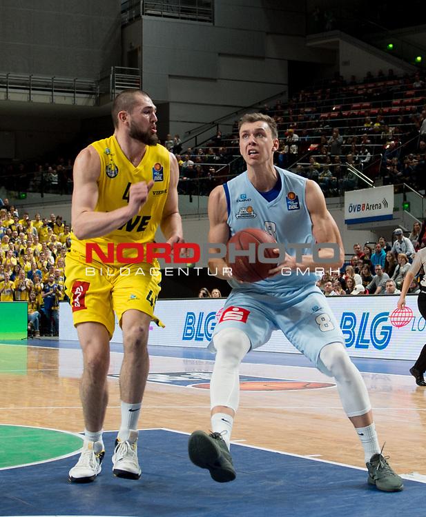 10.02.2019, &Ouml;VB Arena, Bremen, GER, easy Credit-BBL, Eisb&auml;ren Bremerhaven vs EWE Baskets Oldenburg, im Bild<br /> der Ex-Oldenburger ...<br /> Jan Niklas WIMBERG ( Eisb&auml;ren Bremerhaven #8 )<br /> Nathan BOOTHE (EWE Baskets Oldenburg #45 )<br /> Foto &copy; nordphoto / Rojahn