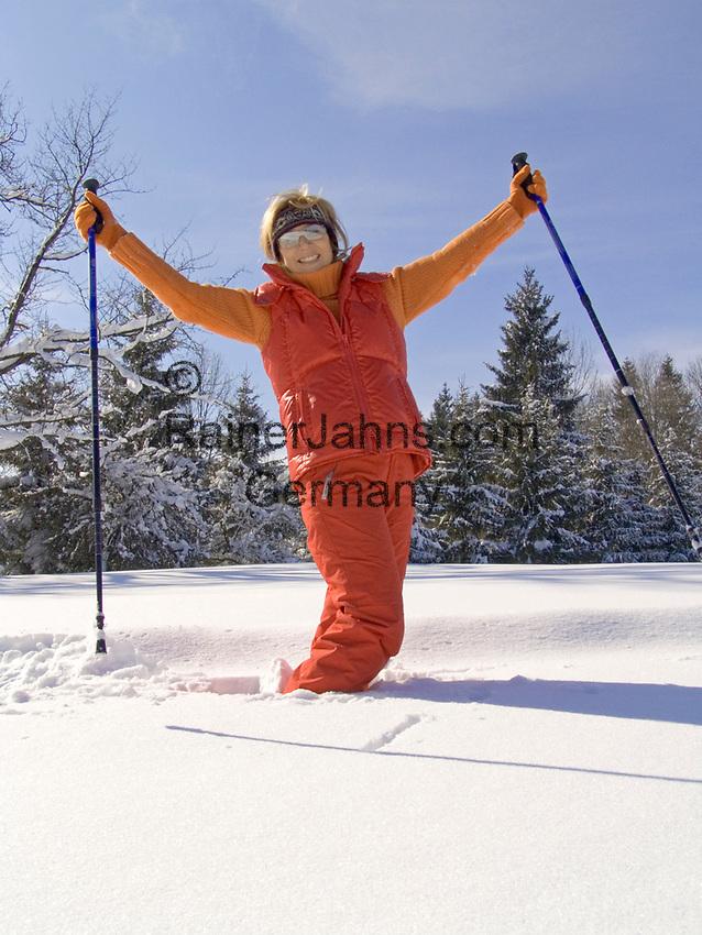 Deutschland, Frau beim Nordic Walking im Winter - Freude | Germany, woman doing nordic walking in winter