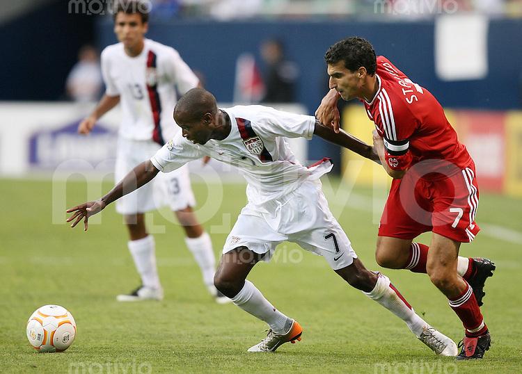 Fussball International Gold Cup Halbfinale  Canada 1-2 USA DaMacus Beasley (USA,li) im Kampf um den Ball mit Paul Stalteri (USA)