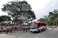 SÃO PAULO, SP, 31 DE MARÇO DE 2013 - CAMPEONATO PAULISTA - SÃO PAULO x CORINTHIANS: Onibus do São Paulo chega ao Estádio do Morumbi para a partida São Paulo x Corinthians, válida pela 16ª rodada do Campeonato Paulista de 2013, disputada no estádio do Morumbi em São Paulo. FOTO: LEVI BIANCO - BRAZIL PHOTO PRESS
