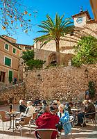 Spanien, Mallorca, Fornalutx: Cafe an der Plaza de Espana vor der Turmuhr | Spain, Mallorca, Fornalutx:  cafe at Plaza de Espana with clock tower