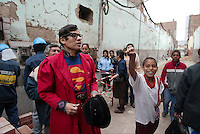 Popular personaje de las calles de Lima llamado Avelino, que  transita las calles vestidos como Superman o Clark Kent. Pese a que ha sido contactado por partidos politicos que lo quieren como candidato al Congreso, Avelino prefiere ser un justiciero solitario.*Avelino, a popular character of Lima  streets that appears  dressed as Superman or Clark Kent. In spite of the fact that it has been contacted by political parties that want him as candidate to the Congress, Avelino prefers to be a lonely justice seeker.