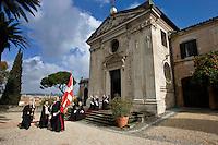 I Cavalieri di Malta in processione il giorno della elezione del nuovo Gran Maestro nella sede di Villa Magistrale al Gianicolo a Roma. Il Sovrano Ordine di Malta è uno dei pochi Ordini nati nel Medio Evo ed ancora oggi attivi, con  una propria costituzione e un proprio passaporto.