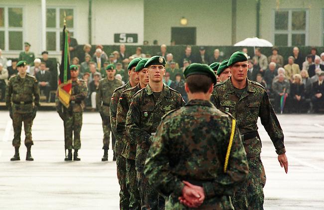 Geloebnis von Soldaten der 2. Kompanie des Jaegerbatallions 1 BERLIN und der 2. Kompanie des Wachbatallions BMVg in der Berliner Bluecher-Kaserne.<br /> Die Rekruten des Jaegerbatallions werden ab Mai 2001 als Einsatzkraefte BERLINER JAEGER zur KFOR-Friedenstruppe in den Kosovo verlegt.<br /> Hier: Rekruten des Jaegerbatallions nach der Geloebniszeremonie.<br /> 5.10.2000, Berlin<br /> Copyright: Christian-Ditsch.de<br /> [Inhaltsveraendernde Manipulation des Fotos nur nach ausdruecklicher Genehmigung des Fotografen. Vereinbarungen ueber Abtretung von Persoenlichkeitsrechten/Model Release der abgebildeten Person/Personen liegen nicht vor. NO MODEL RELEASE! Nur fuer Redaktionelle Zwecke. Don't publish without copyright Christian-Ditsch.de, Veroeffentlichung nur mit Fotografennennung, sowie gegen Honorar, MwSt. und Beleg. Konto: I N G - D i B a, IBAN DE58500105175400192269, BIC INGDDEFFXXX, Kontakt: post@christian-ditsch.de<br /> Bei der Bearbeitung der Dateiinformationen darf die Urheberkennzeichnung in den EXIF- und  IPTC-Daten nicht entfernt werden, diese sind in digitalen Medien nach &sect;95c UrhG rechtlich gesch&uuml;tzt. Der Urhebervermerk wird gemaess &sect;13 UrhG verlangt.]