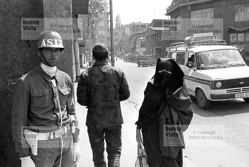 - Turchia, Erzurum (Kurdistan Turco), donna islamica e polizia militare (1987)....- Turkey, Erzurum (Turkish Kurdistan), Muslim woman and military police (1987)