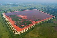 Rotschlamm Deponie:EUROPA, DEUTSCHLAND, NIEDERSACHSEN, 09.06.2005: .Als Abfall fällt bei der Erzeugung von Aluminiumoxid aus Bauxit der sogenannte Rotschlamm an, der zu etwa 40 % aus Wasser und zum anderen aus  Eisen-, Silizium- und Titanverbindungen besteht. Der Rotschlamm muss  deponiert werden. .Aluminium Herstellung, Deponie, Lager, Lagerung, Fläche der Firma Aluminium Oxid Stade GmbH. Die Deponie befindet sich nordwestlich Stade im Kehdinger Moor. Angrenzen die Ortschaften Buetzflethermoor, Goetzdorfermoor, Stadermoor, Hammah Gross Sternberg, Drochtersen Ritschermoor....Luftaufnahme, Luftbild,  Luftansicht