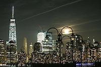 NEWPORT, NJ, 16.10.2016 - LUA-EUA - Lua cheia é vista na Ilha de Manhattan em New York a partir da cidade de Newport nos Estados Unidos na noite deste domingo, 16. (Foto: William Volcov/Brazil Photo Press)
