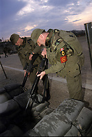 Canadian army soldiers clear their weapon atb the base entry,during the United Nation<br /> 1999 peace mission in Bosnia<br /> <br /> Les soldats de l'armée Canadienne durant la mission de paix de l'ONU en 1999 en Bosnie<br /> <br /> photo : (c)  Images Distribution