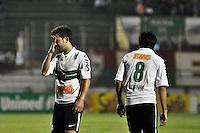 ATENÇÃO EDITOR: FOTO EMBARGADA PARA VEÍCULOS INTERNACIONAIS - SÃO PAULO, SP, 05 DE SETEMBRO DE 2012 - CAMPEONATO BRASILEIRO - PORTUGUESA x CORITIBA: Everton Ribeiro (e) e Robinho (d) durante partida Portuguesa x Coritiba, válida pela 22ª rodada do Campeonato Brasileiro de 2012 no Estádio do Canindé. FOTO: LEVI BIANCO - BRAZIL PHOTO PRESS