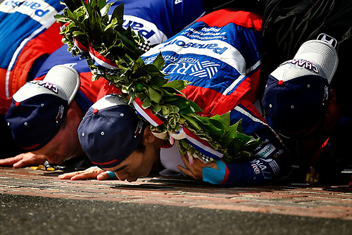 Verizon IndyCar Series<br /> Indianapolis 500 Race<br /> Indianapolis Motor Speedway, Indianapolis, IN USA<br /> Sunday 28 May 2017<br /> Takuma Sato, Andretti Autosport Honda celebrates the win on track with Michael Andretti kissing the yard of bricks<br /> World Copyright: Scott R LePage<br /> LAT Images<br /> ref: Digital Image lepage-170528-indy-10659<br /> ref: Digital Image lepage-170528-indy-10743b