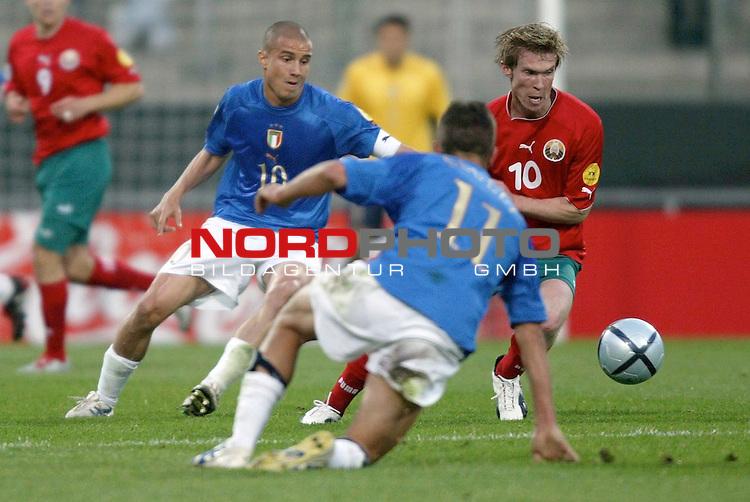 U21 - EM 2004 - Gruppe A<br /> <br /> Italien vs. Belarus <br /> <br /> Allaksandr Hleb (rechts) von Belarus im Zweikampf mit Matteo Brighi (links) und Giuseppe Sculli (vorne) von Italien.<br /> <br /> Foto &copy; nordphoto - Ruediger Lampe<br /> <br /> <br /> <br /> <br /> <br /> <br /> <br />  *** Local Caption *** Foto ist honorarpflichtig! zzgl. gesetzl. MwSt.<br /> <br />  Belegexemplar erforderlich<br /> <br /> Adresse: nordphoto<br /> <br /> Georg-Reinke-Strasse 1<br /> <br /> 49377 Vechta